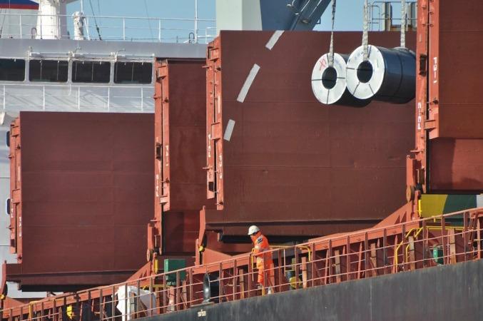 Descarga de bobinas de acero en un barco del puerto de Bilbao.