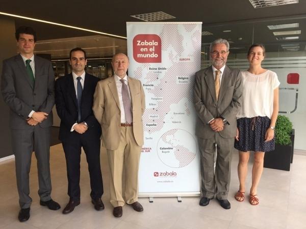 El director general del CDTI, Francisco Marín (centro imagen) posa con el equipo directivo de ZABALA.