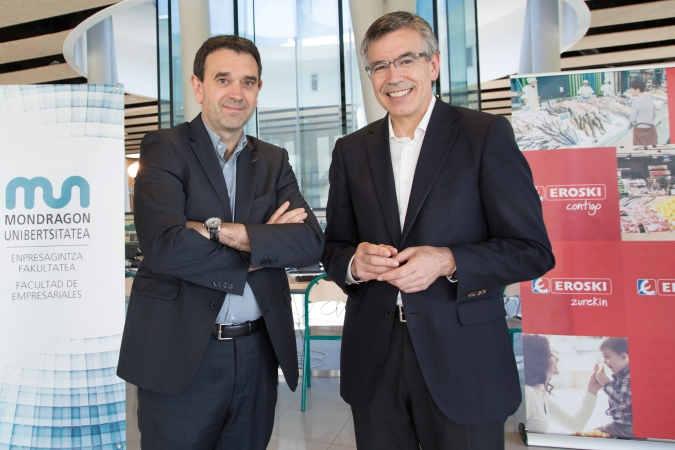 Agustín Markaide, presidente de Eroski (dcha) y Vicente Atxa, Rector de Mondragon Unibertsitatea (izq) en la firma del convenio.
