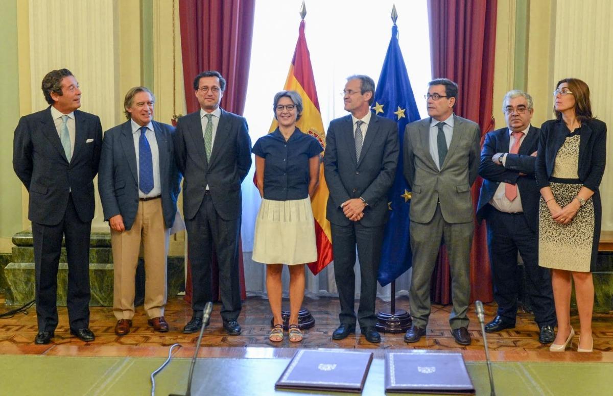 Isabel García, ministra de Agricultura y  Jordi Gual,  presidente de CaixaBank, con sus respectivos equipos.