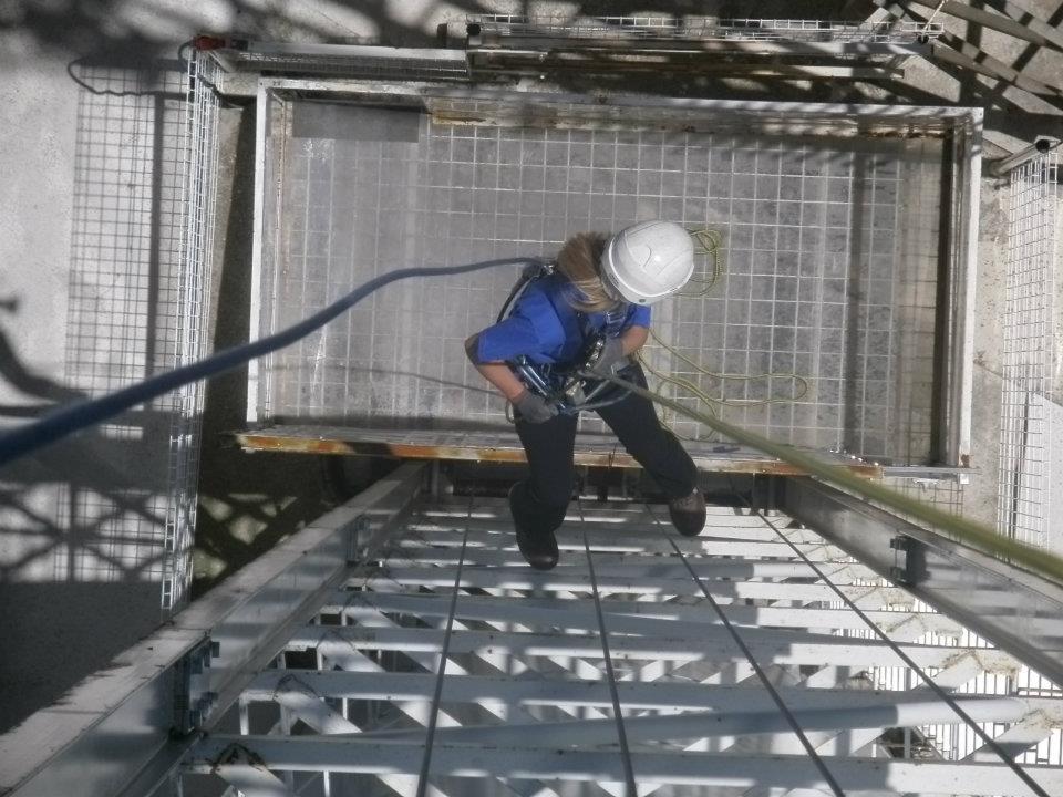 Imagen de un trabajador desarrollando su actividad en altura.