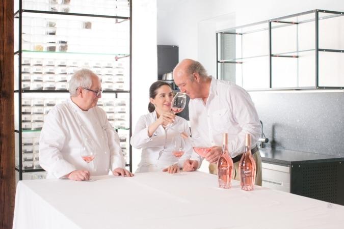 Imagen de los autores del vino 'Las Fincas', Juan Mari Arzak y los propietarios de Grupo Chivite.