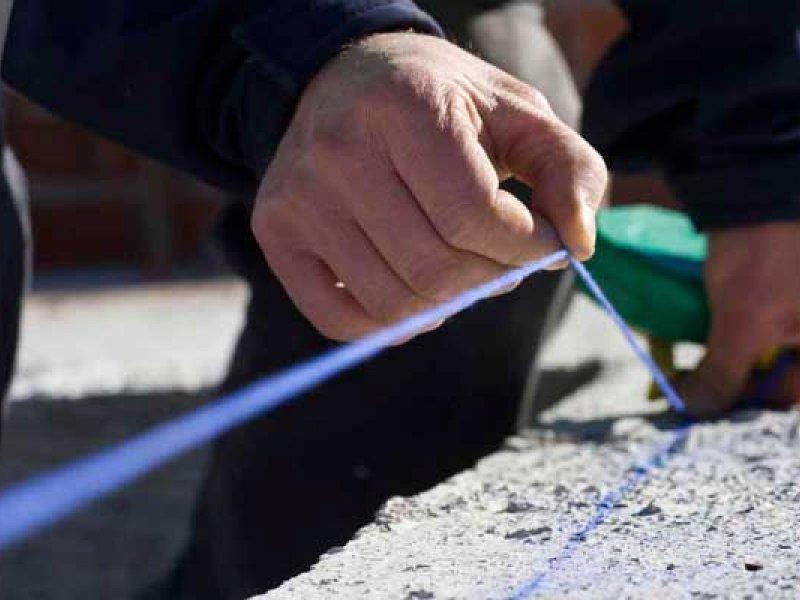 Detalle del trabajo de medición realizado por un empleado de Obras Especiales.