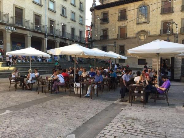Terraza de Zentral Kafe (Plaza del Burgo)