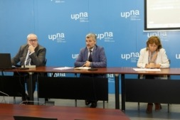 De izq. a dcha: Joaquín Romero, Alfonso Carlosena e Inés Olaizola, durante la presentación de los actos del 30º Aniversario UPNA.