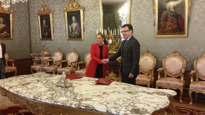 La presidenta Uxue Barkos y Román Escolano del BEI tras la firma