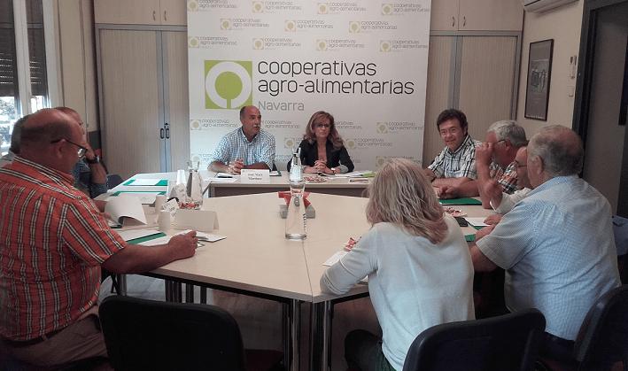 Al fondo de la imagen, de derecha a izquierda: José Mari Martínez, presidente de UCAN Navarra y Carmen Martínez, técnico de Igualdad de a oportunidades en Cooperativas Agro-alimentarias de España (CAE).