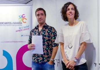 Iñaki Ucar, presidente de la Asociación de Comerciantes de Navarra, y Silvia Larrea, responsable de negocios de Caixabank en Navarra.