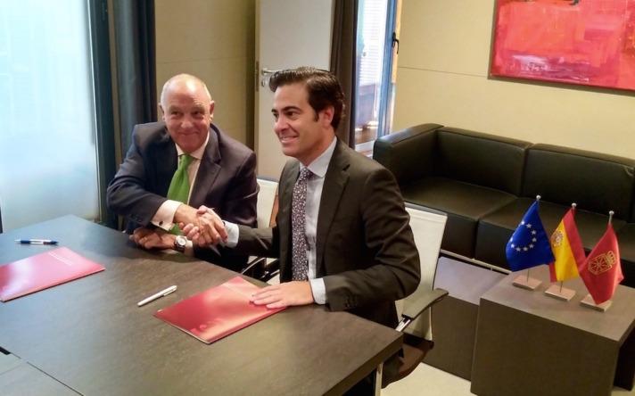 Firma del acuerdo entre Pablo Zalba (ICO) y Javier Taberna (Cámara Navarra de Comercio e Industria).