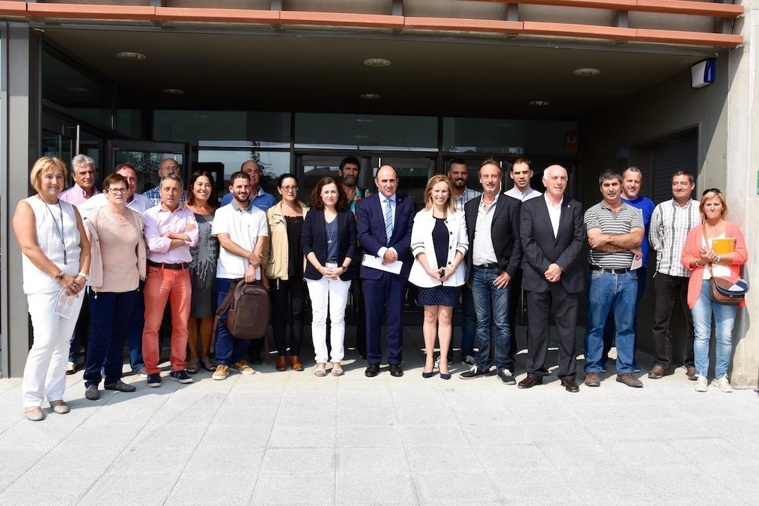 Ayerdi y Goñi, junto con la presidenta de AEZMNA, el presidente del Consorcio y alcaldes de la Zona Media. (FOTOS: YOSUNE VILLANUEVA)