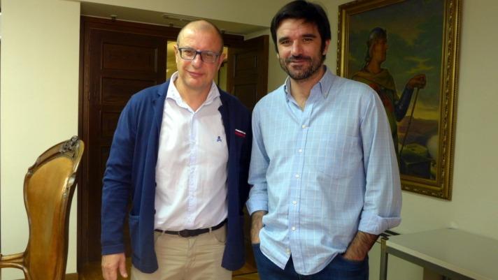 Imagen de Carlos Gimeno, del grupo socialista y del alcalde de Tudela, Eneko Larrarte, en el Consistorio ribero. (FOTO: Germán Pérez)