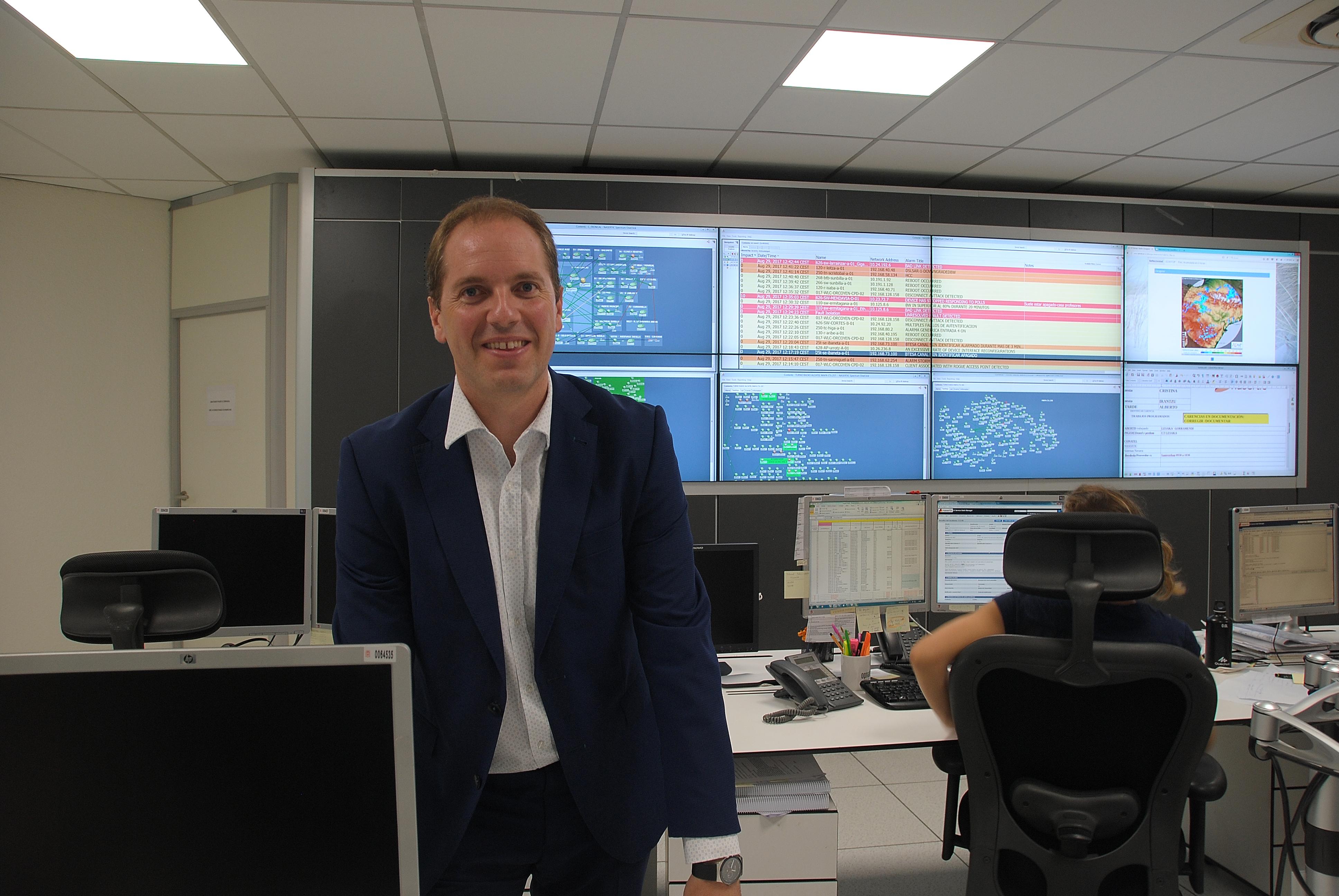 Iñaki Pinillos ante las pantallas pantallas de la Sala de Control de servicios de telecomunicaciones de Nasertic.