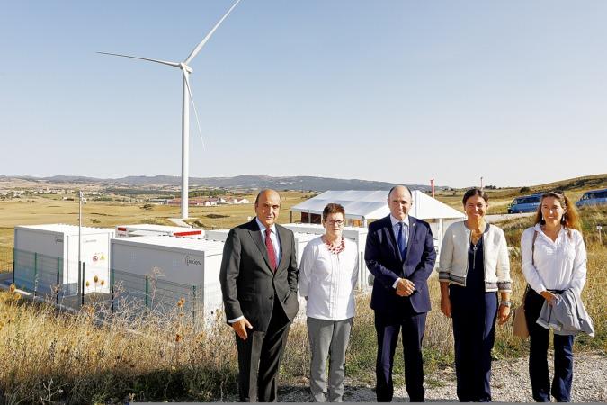 El vicepresidente Ayerdi, con Yolanda Blanco, Rita Delia Roldán, y el consejero delegado de Acciona Energía, Rafael Mateo, ante la nueva planta.