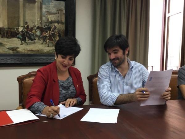 María Solana y Enero Larrarte durante la firma del Convenio.
