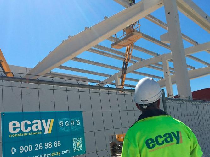 Imagen de un trabajador de Ecay Contrucciones durante la construcción de una nave para BSH.