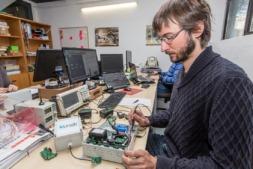 Un miembro de KUNAK technologies trabajando en uno de sus equipos.