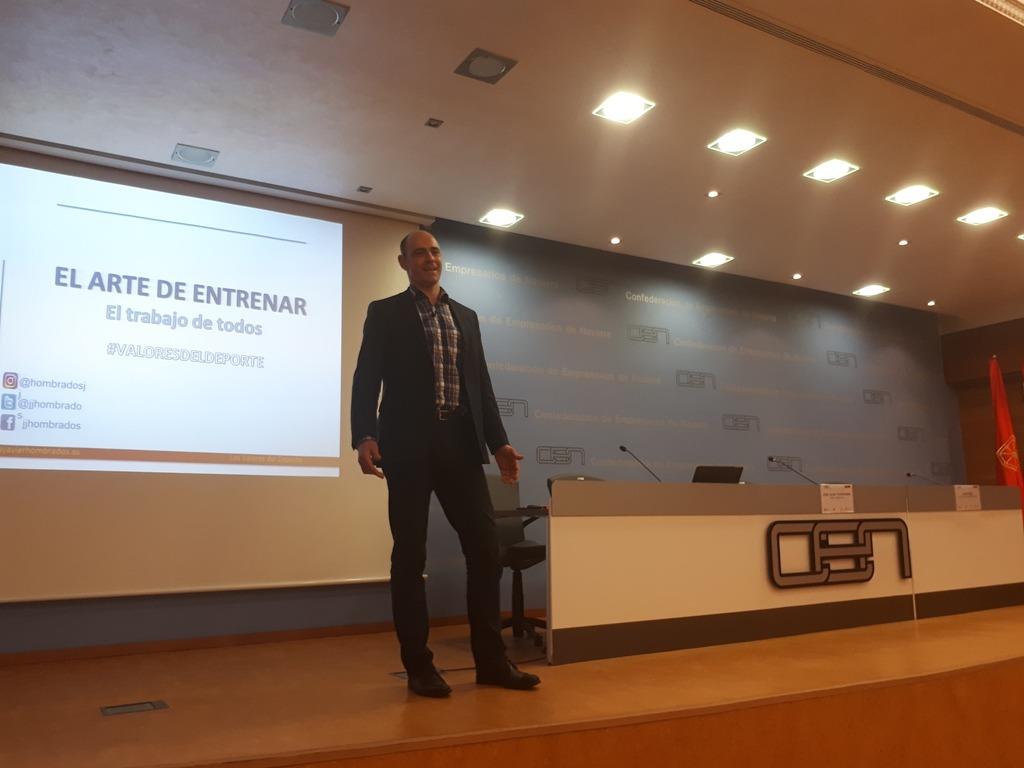 Un momento de la intervención del exportero internacional de Balonmano, José Javier Hombrados, en la CEN.