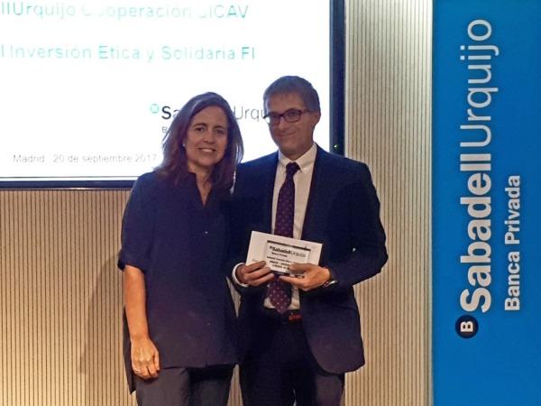 Francisco Fernández Nistal, director de Adacen, recibió el cheque de Macarena Aguirre, miembro del Consejo Consultivo de Sabadell Urquijo.