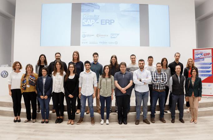 Foto de familia con los alumnos del Máster de Consultor SAP promovido por Cámara Navarra de Comercio y VW Navarra.