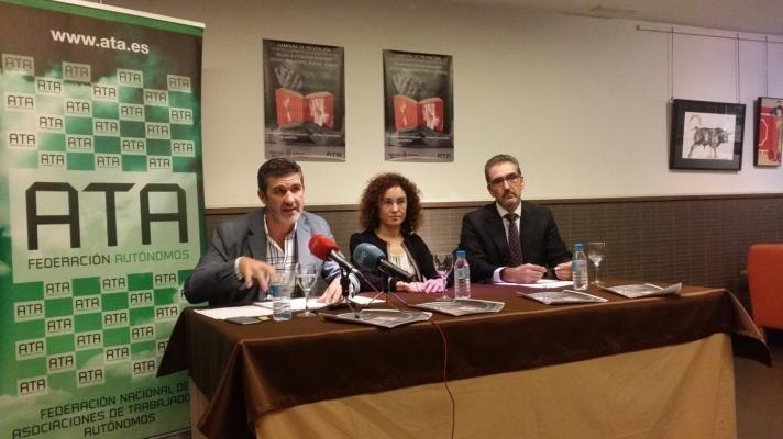 Jose Luis Perea, Maria Teresa Astrain y Juan Carlos Equiza han presentado una campaña de prevención para mujeres autónomas.