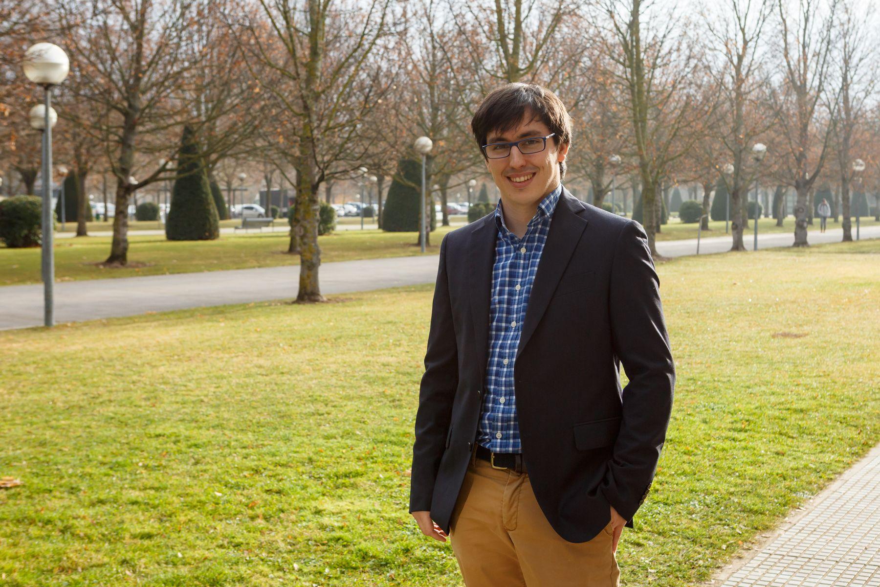 El nuevo doctor por la UPNA, Aitor Egukitza, creador de la nueva plataforma electrónica para mejorar la atención a los pacientes.