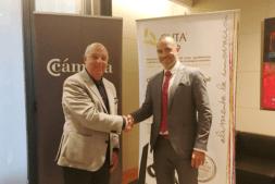 Javier Taberna (Cámara Navarra) y Héctor Barbarin (CNTA) tras la firma del protocolo que compromete a sus entidades en favor del sector agroalimentario foral.