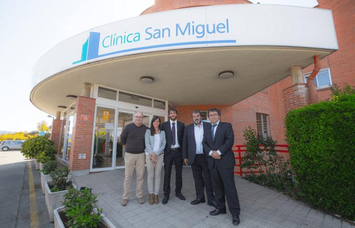 Responsables del proyecto SmartLoc de CISTEC technology  posan frente a la entrada de la Clínica San Miguel (FOTO: Víctor Rodrígo).