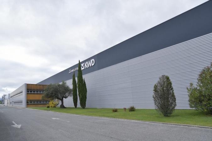 Fachada de la fábrica que KWD tienen en Navarra.