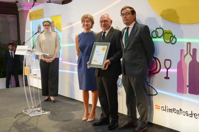 El representante de Hacienda Queiles recoge el premio ante la ministra de Agricultura, Isabel García Tejerina.