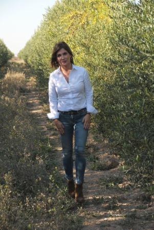 Laura Sandúa pasea entre los olivos que la empresa posee a las afueras de Ablitas.