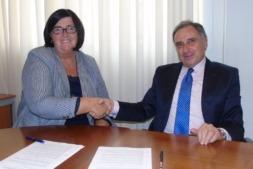 Pilar Irigoien, directora gerente de Sodena y José Antonio Sarría, presidente de la CEN, tras la firma del acuerdo entre ambas entidades.