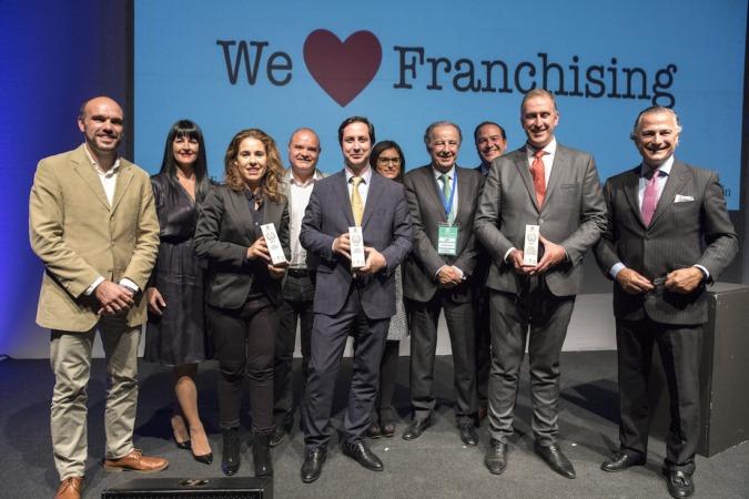 Los representantes de la franquicia Eroski en Levante: Jesús Merino y Beatriz Vallejo, recogen el Premio a la mejor franquicia de Comercio en España durante el Salón Internacional de la Franquicia (SIF) celebrado en Valencia.