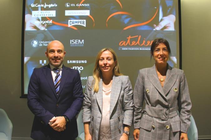 De I a D.  David Luquin, director de Atelier by ISEM; Teresa Sádaba, directora de ISEM, centro de la Universidad de Navarra; y Coro Saldaña, Iberia Fashion Lead de Accenture