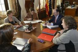 Imagen de uno de los últimos encuentros de la Ministra con una delegación del Gobierno de Navarra.