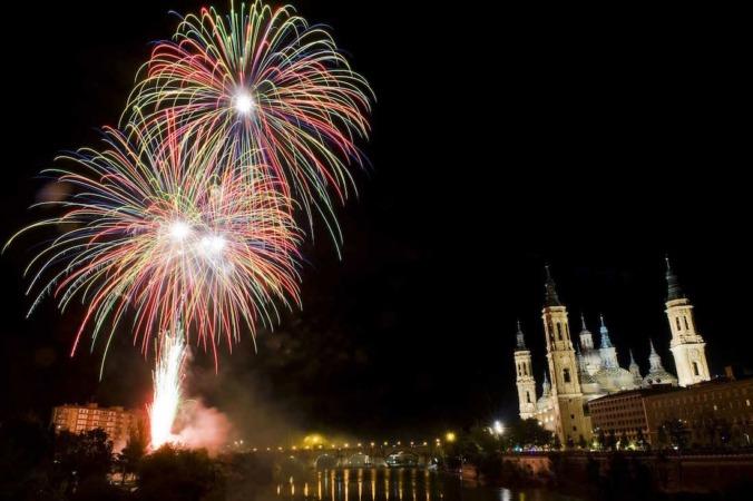 Fuegos artificiales desde el puente de Santiago. FOTOGRAFÍAS: DANIEL MARCOS (Ayuntamiento de Zaragoza).
