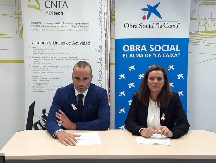 Imagen de la firma del acuerdo entre Héctor Barbarin, director general de CNTA; y Ana Díez Fontana, delegada territorial de Caixabnk en Navarra.
