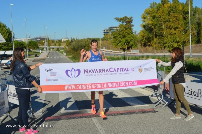 Imagen de la entrada en meta del ganador de la II Carrera de Empresas por la Innovación Javier Nagore.