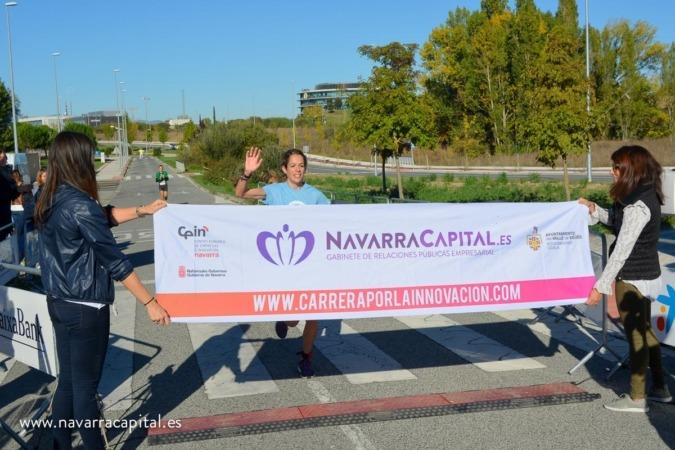 Entrada en meta de la ganadora de la II Carrera de Empresas por la Innovación en categoría femenina, Maitane Melero.