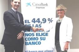 Silvia Ezquerra junto a José Luis Larriu cuando fue nombrada ganadora de la fase territorial de Navarra.