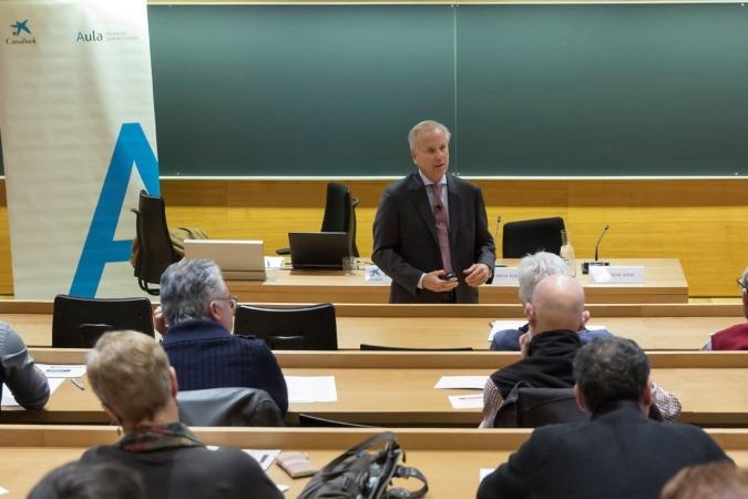 Instante de la reunión con accionistas celebrada por Caixabank en Pamplona.