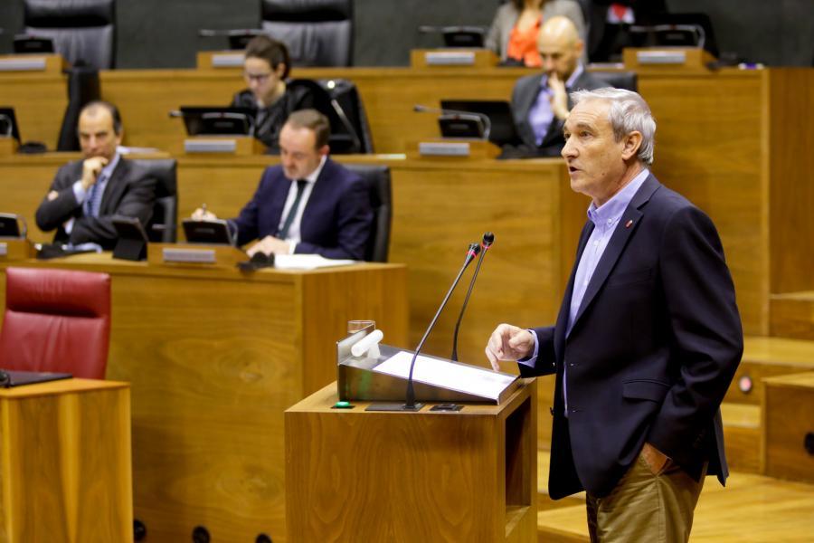 Imagen del consejero de Hacienda y Política Financiera, Mikel Aramburu, se dirige al pleno del Parlamento de Navarra.