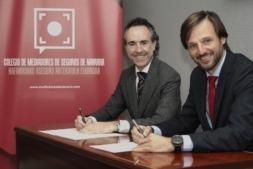 Alberto Moreno (al fondo) y Guillermo Catalán, durante la firma del acuerdo. (FOTO: Edu Sanz)