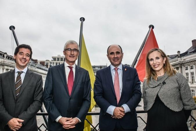 Mikel Irujo, Geert Bourgeois, Manu Ayerdi e Izaskun Goñi, durante el encuentro celebrado en Bruselas.