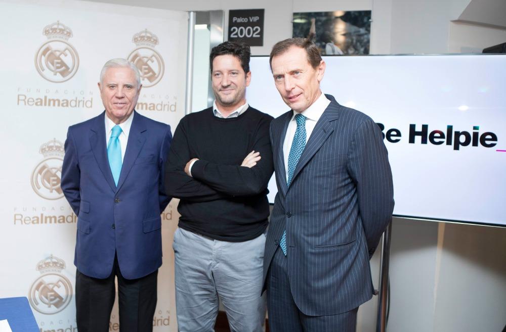 Miguel Pueyo, promotor de Be Helpie, rodeado de Enrique Sánchez y Emilio Butragueño, vicepresidente ejecutivo y director de Relaciones Institucionales del Real Madrid, respectivamente.