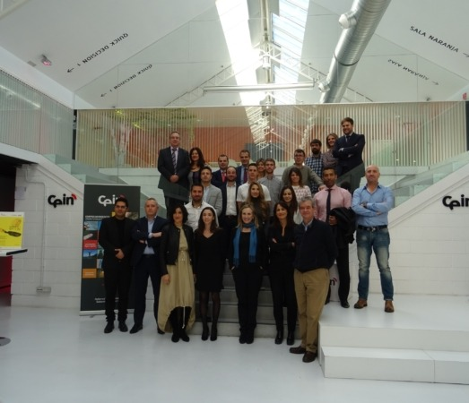 Foto de grupo de las personas participantes en la jornada de clausura. En el centro, Izaskun goñi, directora general de Política Económica y Empresarial y Trabajo.