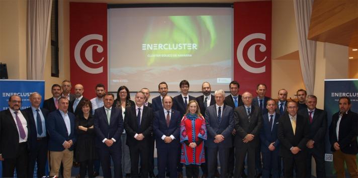 Foto de grupo de la jornada de Enercluster. En el centro, el vicepresidente Ayerdi; la directora general Izaskun Goñi y el presidente de Enercluster, Enrique Teruel.