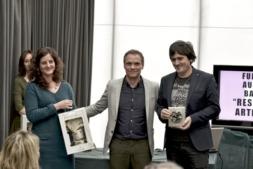 El presidente de la Asociación, Iñaki Mendióroz, entrega su premio a la Fundación Auditorio Barañáin. (FOTOS: Oskar González).