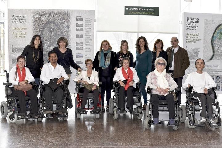 Representantes de las fundaciones galardonadas, junto al grupo de baile del Centro Infanta Elena.