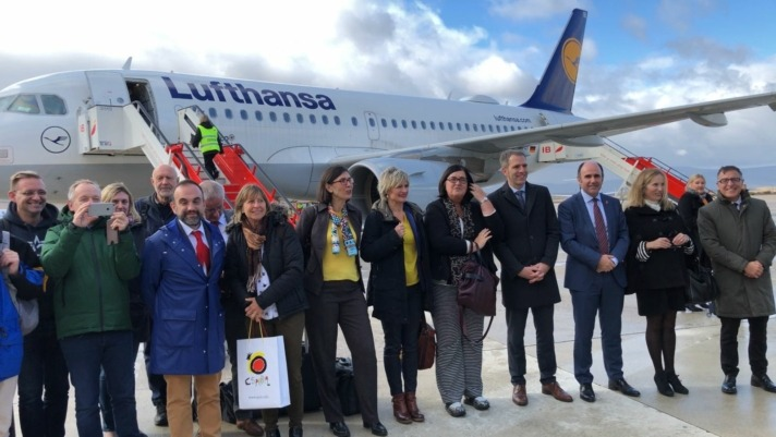 La delegación navarra posa frente al avión de Lufthansa que los ha traído de Frankfurt. (FOTO: Víctor Rodrígo).