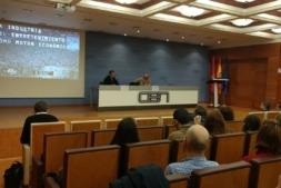 El periodista Javier Saralegui y Carmelo Ezpeleta, de Moto GP, durante su ponencia en las instalaciones de CEN.